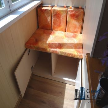 Маленький диванчик на узком балконе