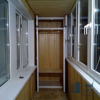 просторный шкаф из алюминия и пластика