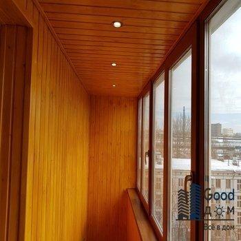 деревянная отделка и освещение на балконе