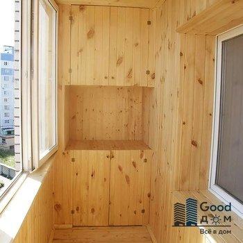 деревянная отделка и шкаф на балконе
