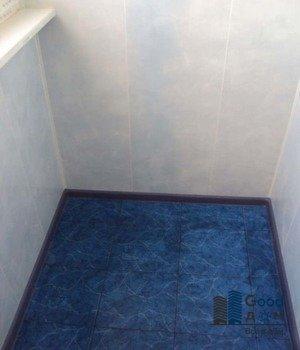 ярко-синяя плитка на полу