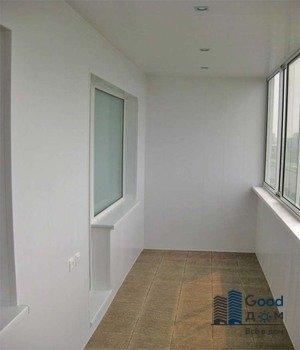 Просторный балкон с плиткой на полу