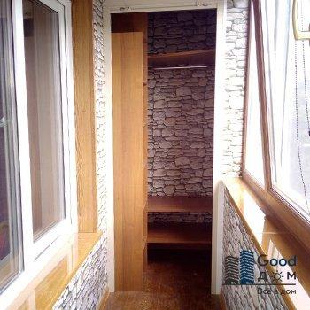 шкаф с рольставни в углу балкона
