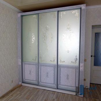 светлый шкаф-купе в квартире