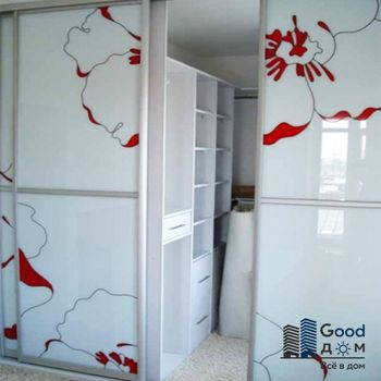 приятный белый шкаф купе с витражным рисунком