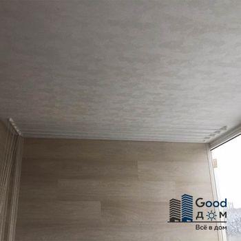 Потолок обшит ламинированными и панелями ПВХ