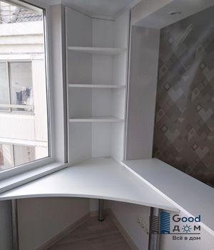 Встроенный угловой стол на лоджии