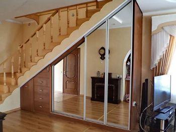 Шкаф под лестницу с зеркалом
