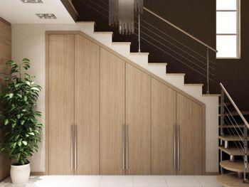 Шкаф под лестницей в дом