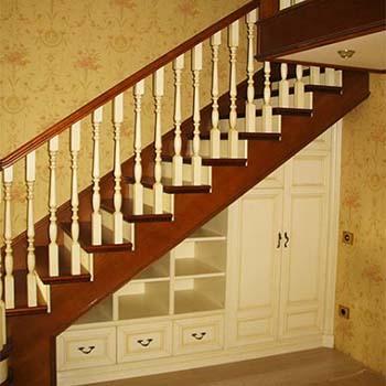 Встроенный шкаф под лестницей