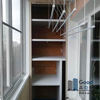 Шкаф с рольставни на балконе